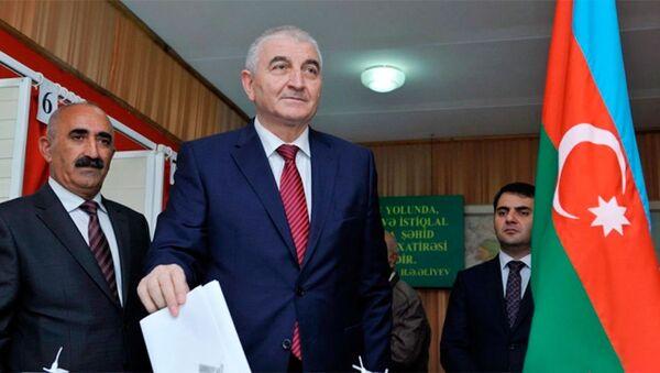 Голосование Мазахира Панахова на референдуме - Sputnik Азербайджан