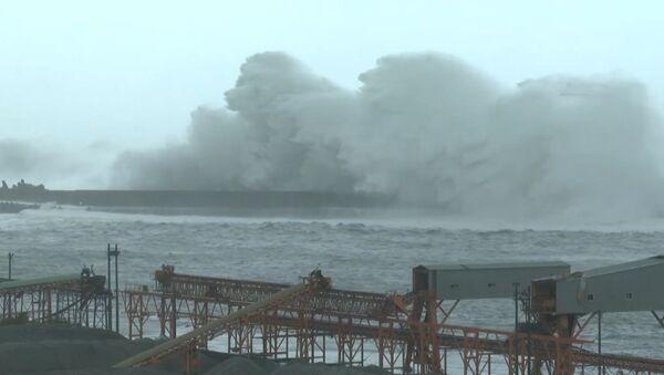 Тайфун Меги затопил многометровыми волнами улицы Тайваня - Sputnik Азербайджан