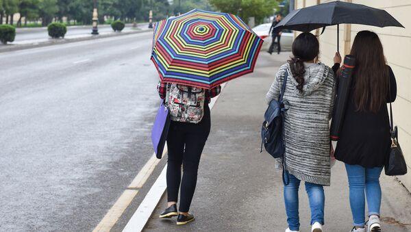Девушки под зонтами в Баку - Sputnik Азербайджан