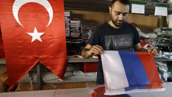 Рабочий фабрики по производству флагов в Стамбуле - Sputnik Азербайджан