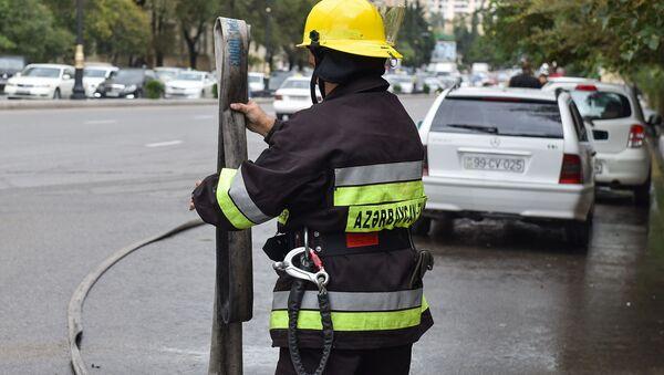 Bakının Mətbuat prospektində Peugeot Tepee Export markalı avtomobil yanıb - Sputnik Азербайджан