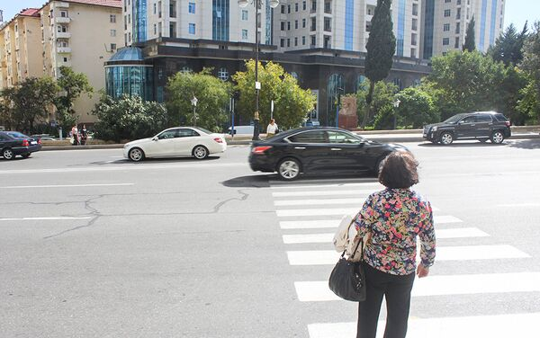 Многие здесь перебегают зебру, опасаясь, что окажутся под колесами автомобилей - Sputnik Азербайджан
