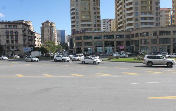 Круговая дорога перед зданием Государственного комитета по статистике в Ясамальском районе Баку - Sputnik Азербайджан