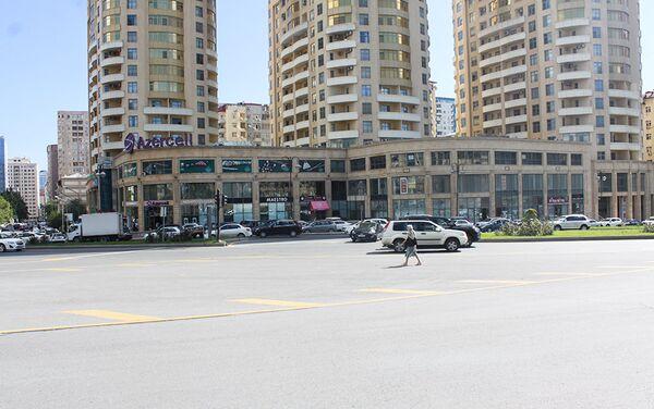Движение автомобилей здесь крайне плотное, что постоянно создает угрозу жизни пешеходов - Sputnik Азербайджан