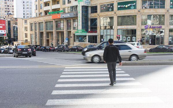 Для въезда и выезда на кругу статистики имеется семь направлений, однако, пешеходных переходов всего три - Sputnik Азербайджан