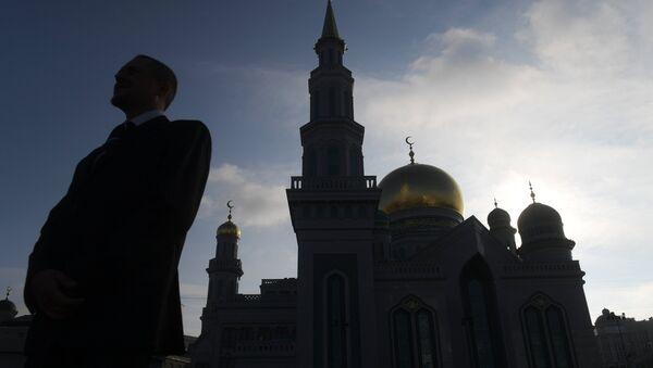 Мужчина стоит возле Московской Соборной мечети - Sputnik Азербайджан