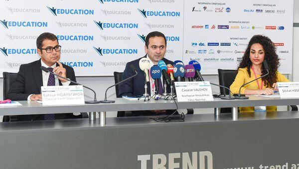 Глава отдела по связям с общественностью Минобразования Джасарат Валехов (в центре) и исполняющий директор компании Caspian Event Organisers Бахруз Идаятзаде - Sputnik Азербайджан