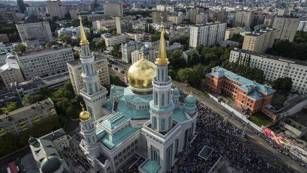 Мусульмане перед намазом у Соборной мечети в Москве - Sputnik Азербайджан