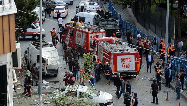 Пожарники и сотрудники полиции на месте взрыва в Стамбуле - Sputnik Азербайджан