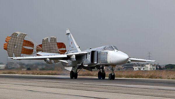 Российский тактический бомбардировщик Су-24 в сирийской провинции Латакия - Sputnik Азербайджан