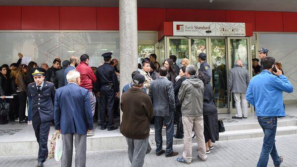 Вкладчики перед головным офисом Bank Standard в Баку - Sputnik Азербайджан