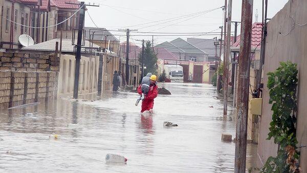 Сотрудники МЧС Азербайджана ликвидируют последствия обильных осадков в наиболее пострадавших районах Баку - Sputnik Азербайджан