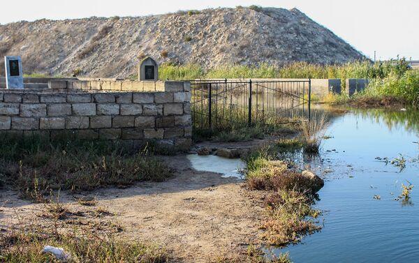 В Кюрдаханах кладбище стоит на берегу озера - Sputnik Азербайджан