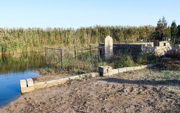 Озеро подмывает берег и осыпает могилы - Sputnik Азербайджан