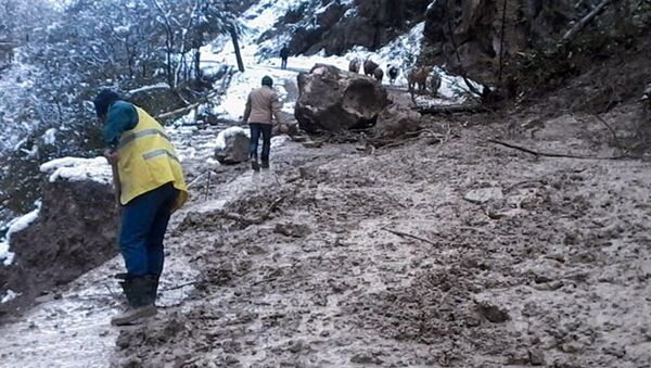 На дорогу Губа-Хыналыг сошла снежная лавина и обрушились обломки скалы - Sputnik Азербайджан