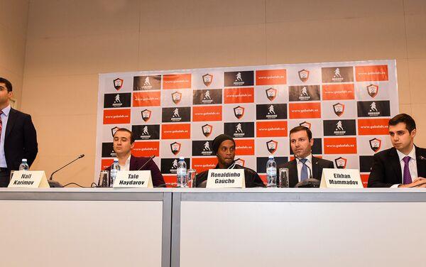 Академия, носящая имя Роналдиньо, даст азербайджанскому футболу сильных спортсменов - Sputnik Азербайджан