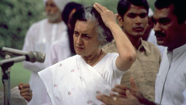 Индийский политический деятель Индира Приядаршини Ганди, 30 июня 1984 года - Sputnik Азербайджан