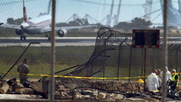 Cлужбы спасения на месте падения легкого самолета в аэропорту Валетты, Мальта, 24 октября 2016 года - Sputnik Азербайджан