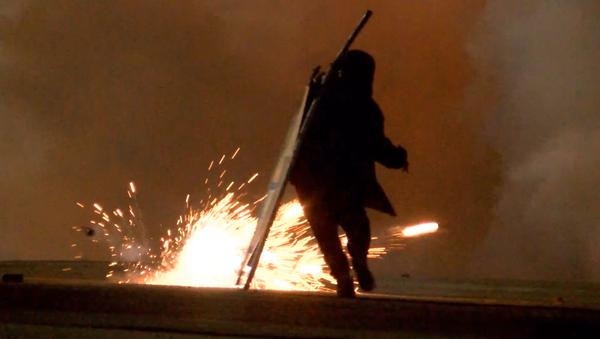В Кале мигранты атаковали полицию, выселяющую их из джунглей - Sputnik Азербайджан