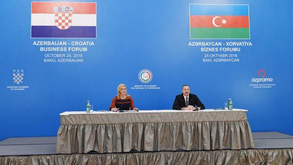 Президенты Азербайджана и Хорватии Ильхам Алиев и Колинда Грабар-Китарович на бизнес-форуме в Баку - Sputnik Азербайджан