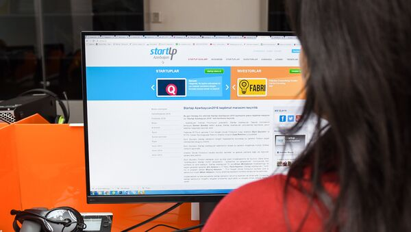 Девушка за просмотром тестовой версии сайта Strartup.az - Sputnik Азербайджан