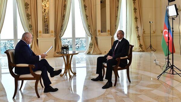 Президент Азербайджана Ильхам Алиев во время интервью генеральному директору МИА Россия сегодня Дмитрию Киселеву - Sputnik Азербайджан