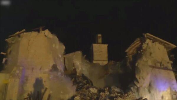 Землетрясение в Италии обрушило церковь XV века. Кадры инцидента - Sputnik Азербайджан