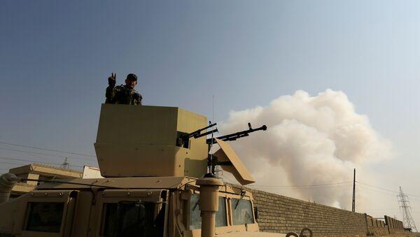 Солдат иракской армии на бронетранспортере в Кайяра к югу от Мосула, 23 октября 2016 года - Sputnik Азербайджан