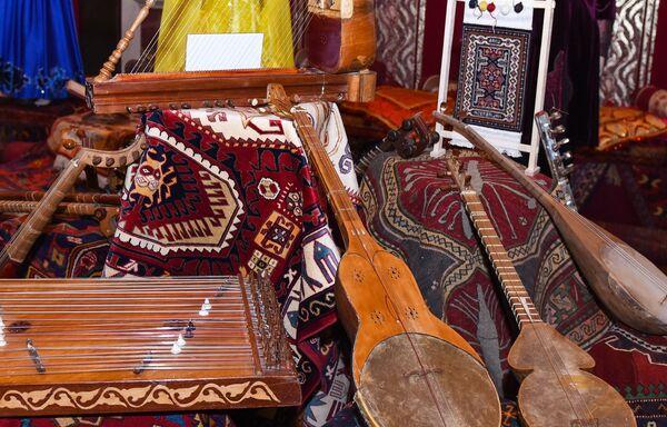 Azərbaycan Dövlət Musiqi Mədəniyyəti Muzeyi tərəfindən təqdim olunmuş qədim musiqi ailətləri - Sputnik Azərbaycan