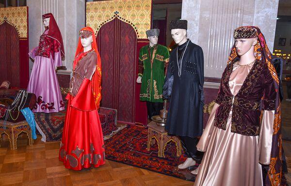 Qonaqlara, həmçinin, qədim eskizlər əsasında Bakı Milli Geyim Evi tərəfindən tikilmiş geyim nümunələri də təqdim edilmişdi - Sputnik Azərbaycan