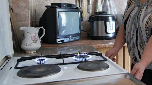 Женщина у газовой плиты, архивное фото - Sputnik Азербайджан