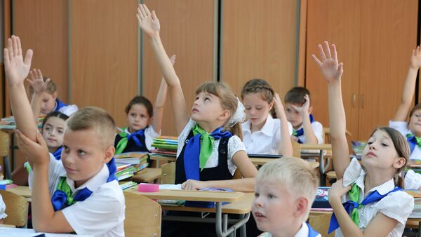 Ученики 3-го класса 8-й городской гимназии во время Дня знаний в Сочи - Sputnik Азербайджан