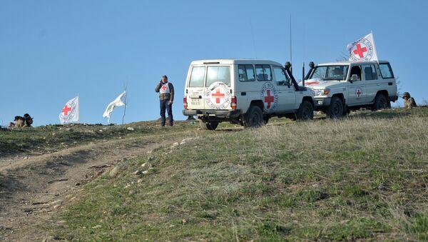 Автомобили представителей Международного комитета Красного Креста во время на линии разграничения, где ведется поиск тел погибших в столкновениях - Sputnik Азербайджан