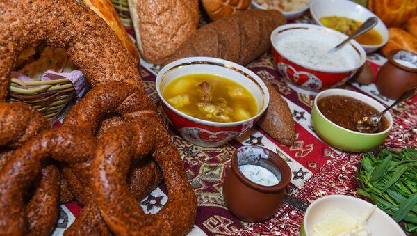 Стол с блюдами азербайданской кухни, архивное фото - Sputnik Азербайджан