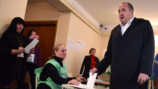 Президент Грузии Георгий Маргвелашвили голосует во время второго тура парламентских выборов на одном из избирательных участков в Тбилиси - Sputnik Азербайджан