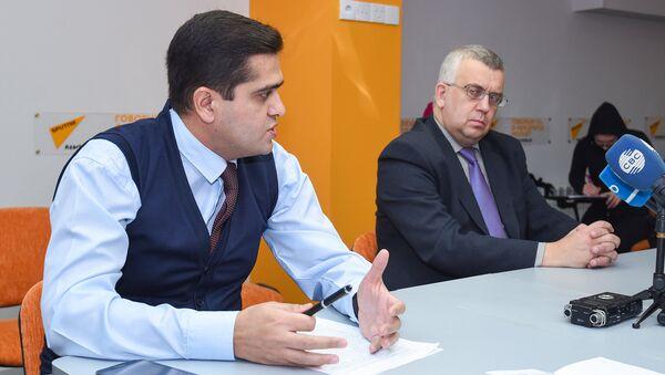 Политолог Эльхан Шахиноглу (слева) и российский эксперт Олег Кузнецов в Мультимедийном пресс-центре Sputnik Азербайджан - Sputnik Азербайджан