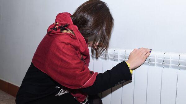 Девушка у комнатного обогревателя, архивное фото - Sputnik Азербайджан