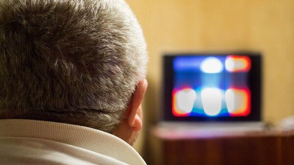 Мужчина за просмотром телевизора, архивное фото - Sputnik Азербайджан
