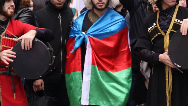 Азербайджанцы в Москве в национальной одежде и с флагом Азербайджана, архивное фото - Sputnik Азербайджан