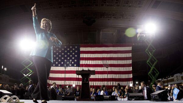 Кандидат в президенты США Хиллари Клинтон во время выступления в общественном конференц-зале Кливленда, 6 ноября 2016 года - Sputnik Азербайджан