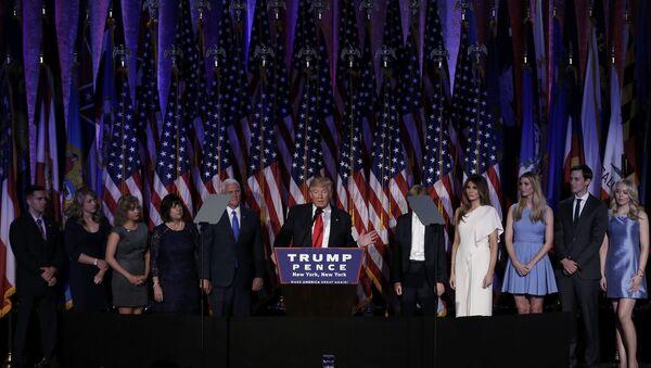 Дональд Трамп выступает перед сторонниками в Нью-Йорке, 9 ноября 2016 года - Sputnik Азербайджан