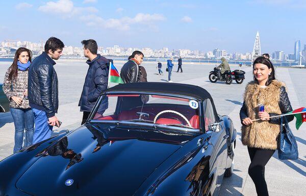 Парад ретро-автомобилей в День Национального флага - Sputnik Азербайджан