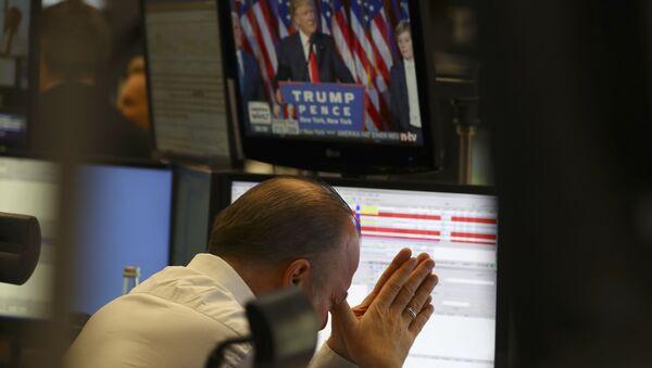 Трейдер на фондовой бирже во Франкфурте, Германия, 9 ноября 2016 года - Sputnik Азербайджан