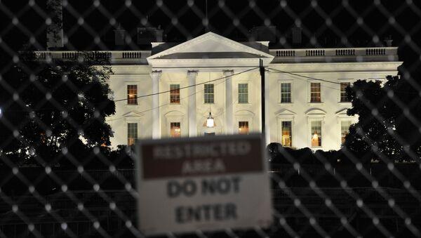 Белый дом виден на фоне таблички с надписью Служебная зона, не входить, Вашингтон, США, 8 ноября 2016 года - Sputnik Азербайджан