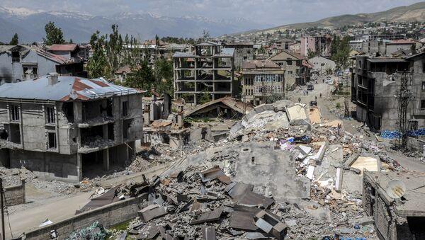 Здания в турецком городе Юксекова, поврежденные после тяжелых боев между ВС Турции и курдскими боевиками, фото из архива - Sputnik Азербайджан