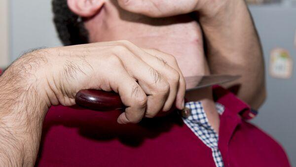 Приставленный к горлу нож, фото из архива - Sputnik Azərbaycan