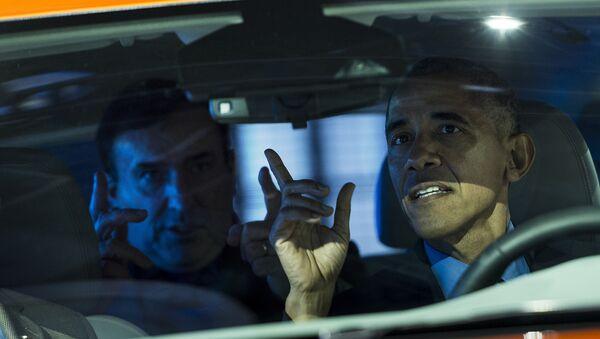 Действующий президент США Барак Обама за рулем автомобиля, фото из архива - Sputnik Азербайджан