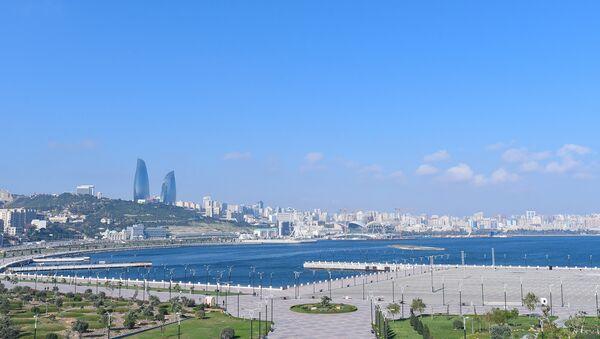 Вид на бакинский бульвар и комплекс Flame Towers в Баку - Sputnik Азербайджан