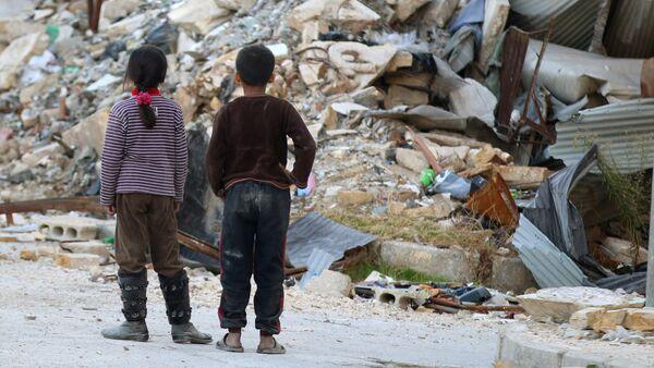 Partlayışdan sonra dağıntılara baxan uşaqlar, Aleppo - Sputnik Azərbaycan