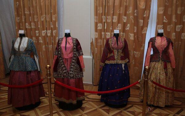 На 20 манекенах демонстрируется женская одежда, относящаяся к XIX веку - Sputnik Азербайджан